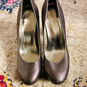 Calvin Klein - size 8 - stack heel pump